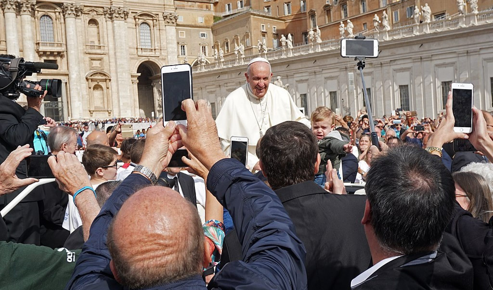 Kindle Vs Sony Reader: What Is In The Pope's Hand?